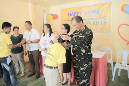 Former rebels receive aid to start normal lives